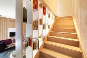 Scala in legno e libreria su misura